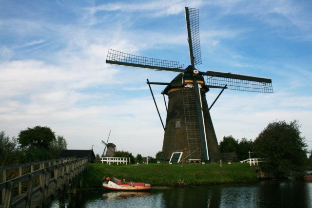 「オランダ世界遺産キンデルダイクのエルスハウト風車群②」のフリー写真素材を無料ダウンロード