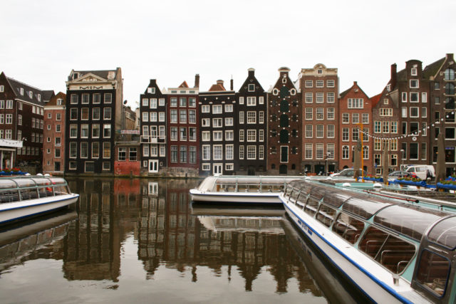 「アムステルダムの運河沿いの可愛い街並み」のフリー写真素材を無料ダウンロード