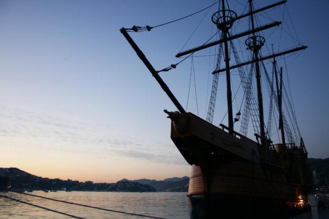 「ドゥブロヴニク旧市街の港に浮かぶ古い帆船」のフリー写真素材を無料ダウンロード