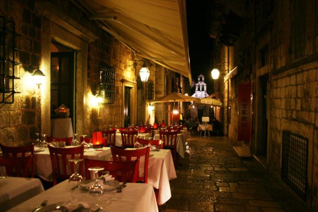 「ドゥブロヴニク旧市街の裏路地にあるお洒落なレストラン」のフリー写真素材を無料ダウンロード