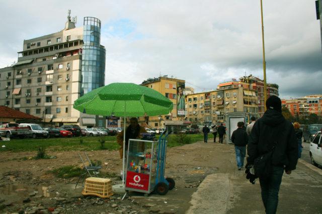 「まだまだ発展途上の首都ティラナ」のフリー写真素材を無料ダウンロード