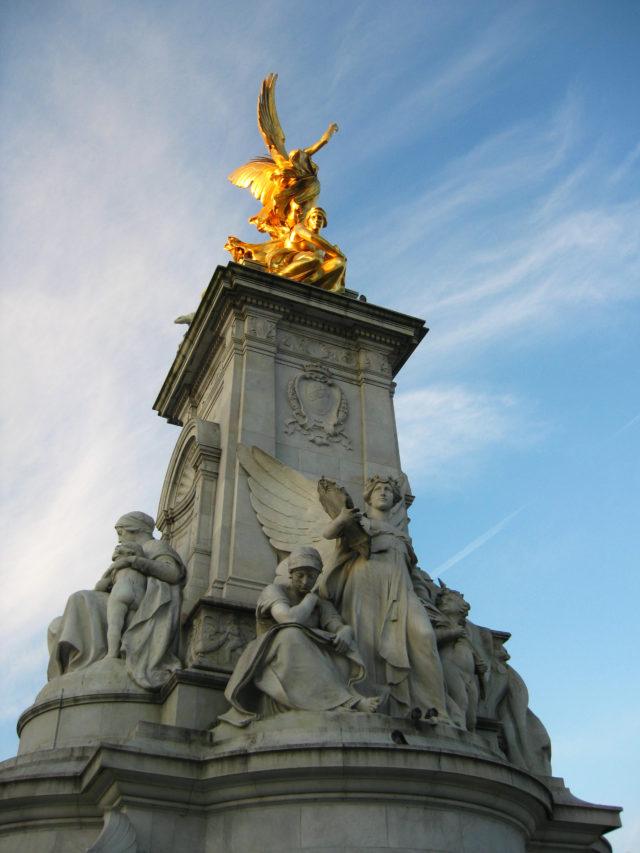 「バッキンガム宮殿前のクイーンビクトリア記念碑」のフリー写真素材を無料ダウンロード