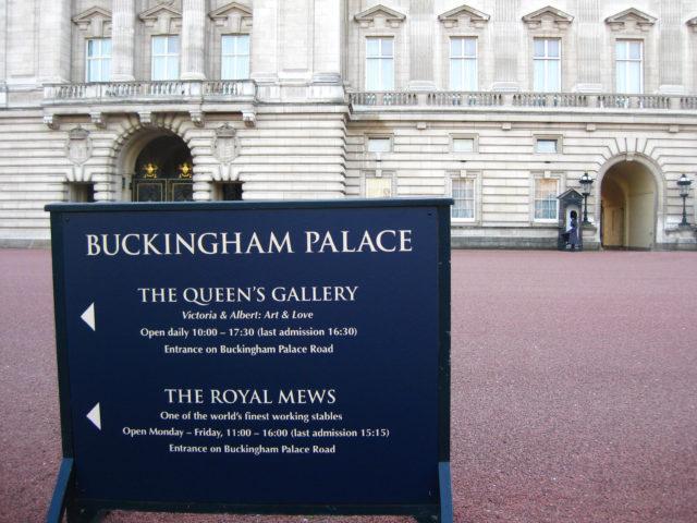 「バッキンガム宮殿の案内板」のフリー写真素材を無料ダウンロード