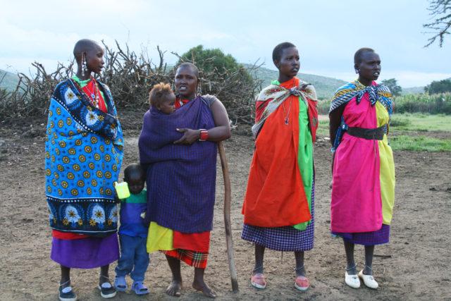 「歌で歓迎してくれるマサイ族の女性たち」のフリー写真素材を無料ダウンロード