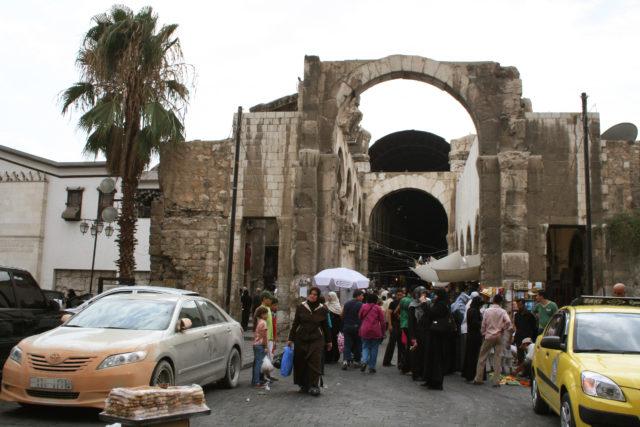 「シリア最大の市場「スーク・ハミディーエ」の入口」のフリー写真素材を無料ダウンロード