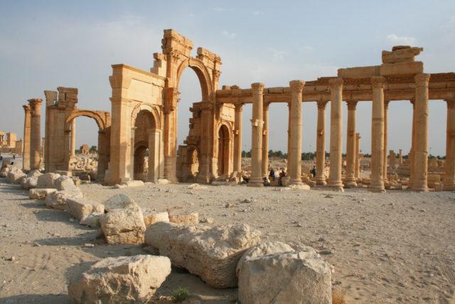 「シリア内戦前の砂漠のオアシス「パルミラ遺跡」のベル神殿」のフリー写真素材を無料ダウンロード