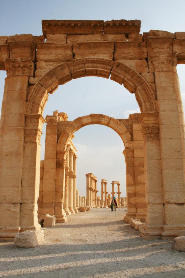 「シリア内戦前の砂漠のオアシス「パルミラ遺跡」を歩く」のフリー写真素材を無料ダウンロード