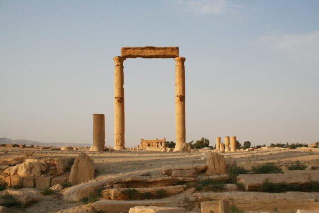 「シリア内戦前の砂漠のオアシス「パルミラ遺跡」のバール・シャミン神殿」のフリー写真素材を無料ダウンロード