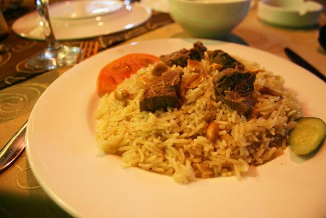 「パルミラ遺跡前のレストランで食べたラクダ肉料理」のフリー写真素材を無料ダウンロード