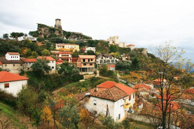 「町を見下ろす天空の城「クルヤ城」」のフリー写真素材を無料ダウンロード